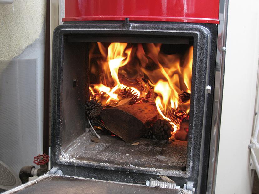 薪を燃やしているところ