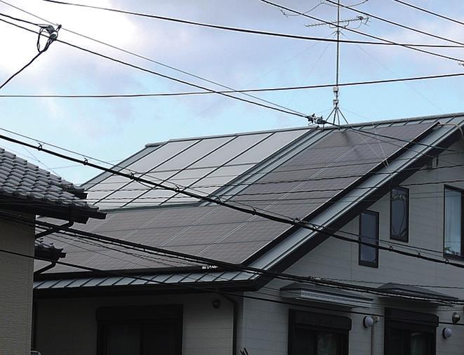 左上8 枚が太陽熱集熱板